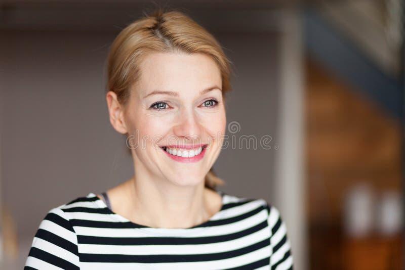 Retrato de una mujer joven feliz que mira lejos Ella que sonríe imagenes de archivo