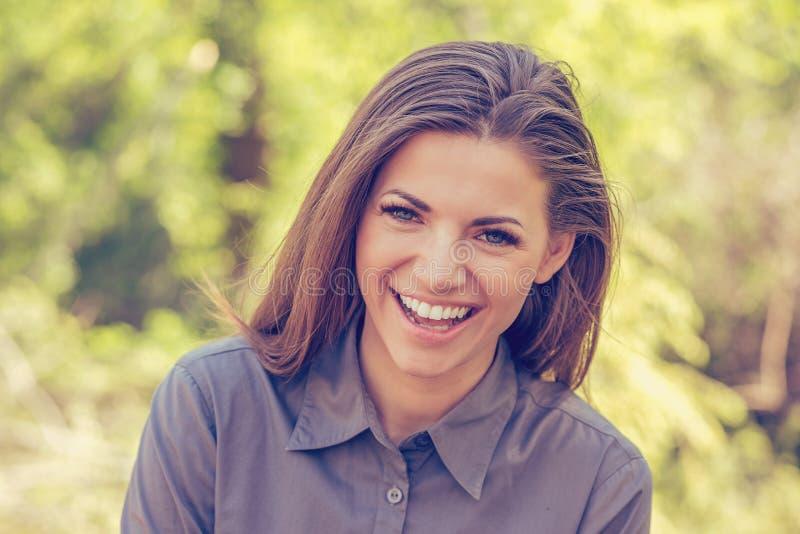 Retrato de una mujer joven feliz sonriente imagenes de archivo