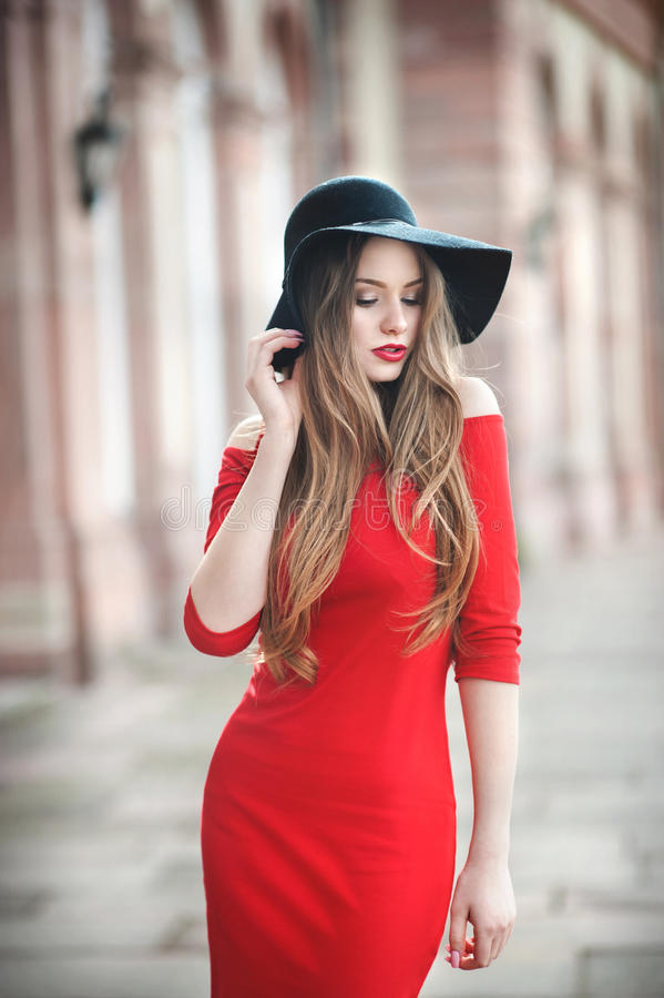 Retrato de una mujer joven hermosa con el pelo largo, sombrero negro fotografía de archivo