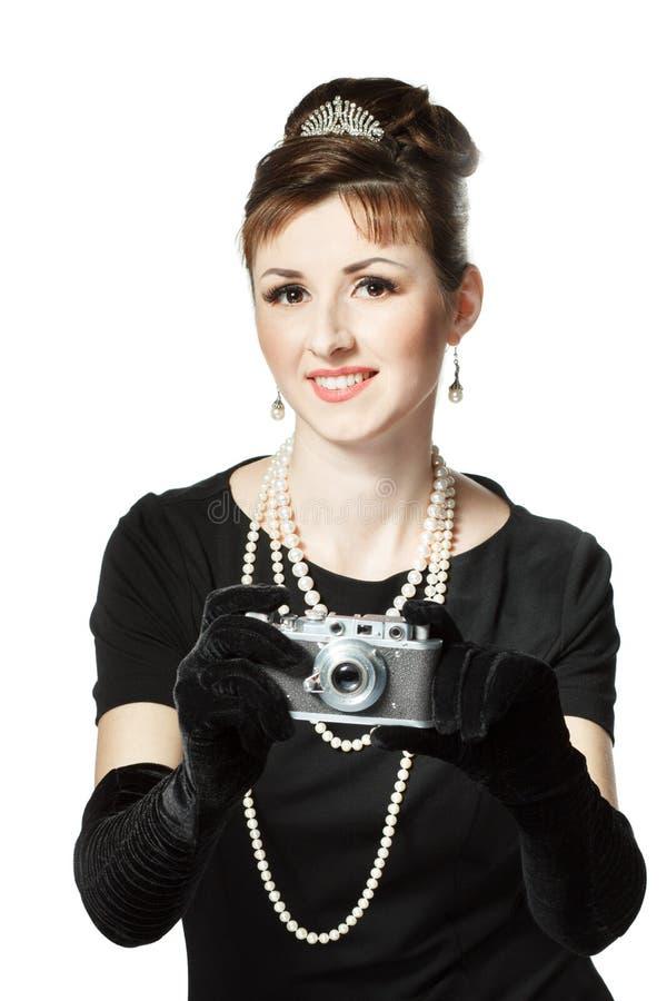 Retrato de una mujer joven hermosa con la cámara del vintage imágenes de archivo libres de regalías