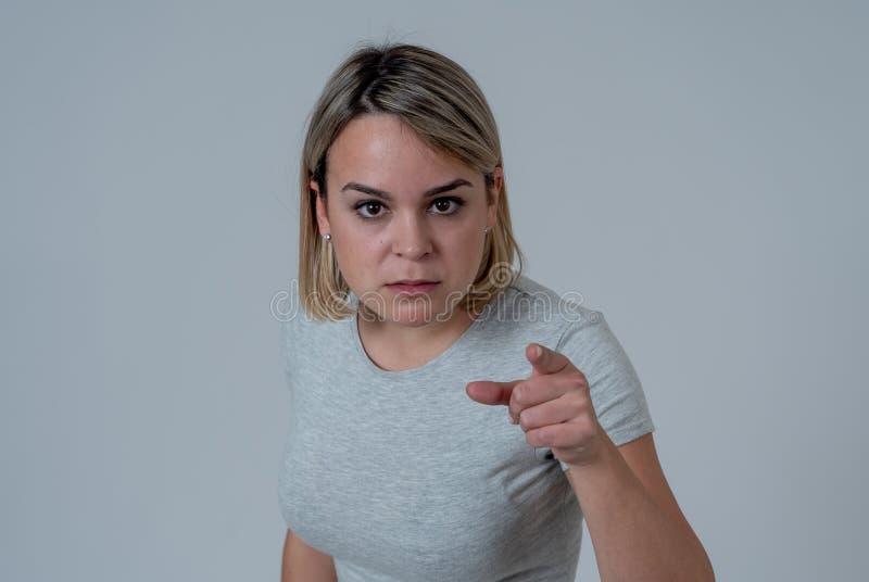 Retrato de una mujer joven hermosa con la cara enojada que parece furiosa Expresiones y emociones humanas fotografía de archivo