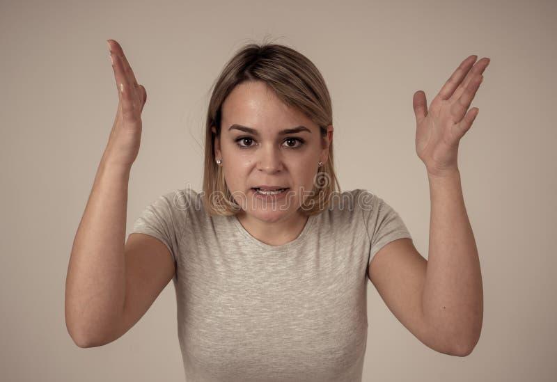 Retrato de una mujer joven hermosa con la cara enojada que parece furiosa Expresiones y emociones humanas imagen de archivo