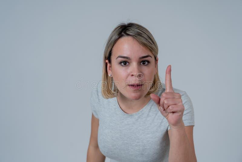 Retrato de una mujer joven hermosa con la cara enojada que parece furiosa Expresiones y emociones humanas imagen de archivo libre de regalías
