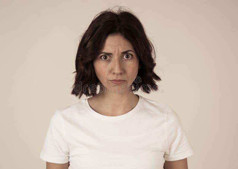 Retrato de una mujer joven hermosa con la cara enojada que parece furiosa Expresiones y emociones humanas fotografía de archivo libre de regalías