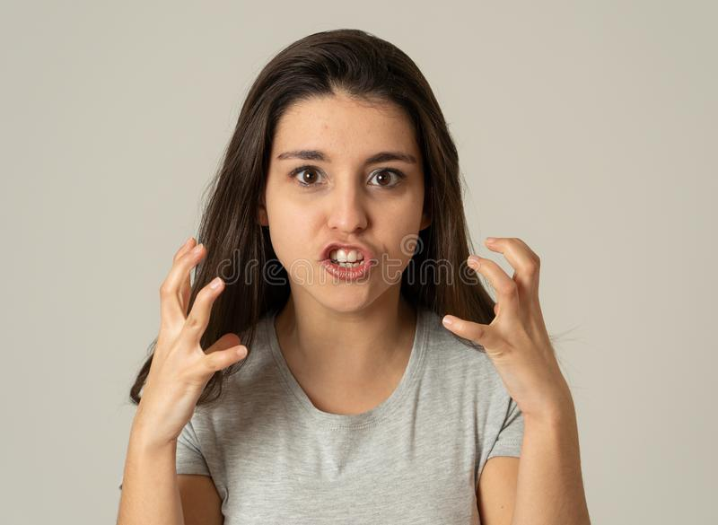 Retrato de una mujer joven hermosa con la cara enojada y seria Expresiones y emociones humanas foto de archivo libre de regalías