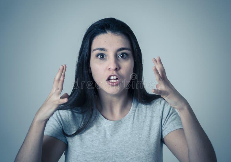 Retrato de una mujer joven hermosa con la cara enojada y seria Expresiones y emociones humanas imagen de archivo libre de regalías