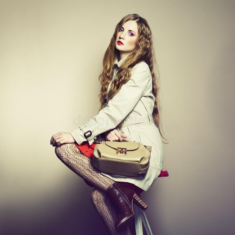 Retrato de una mujer joven hermosa con un bolso imágenes de archivo libres de regalías