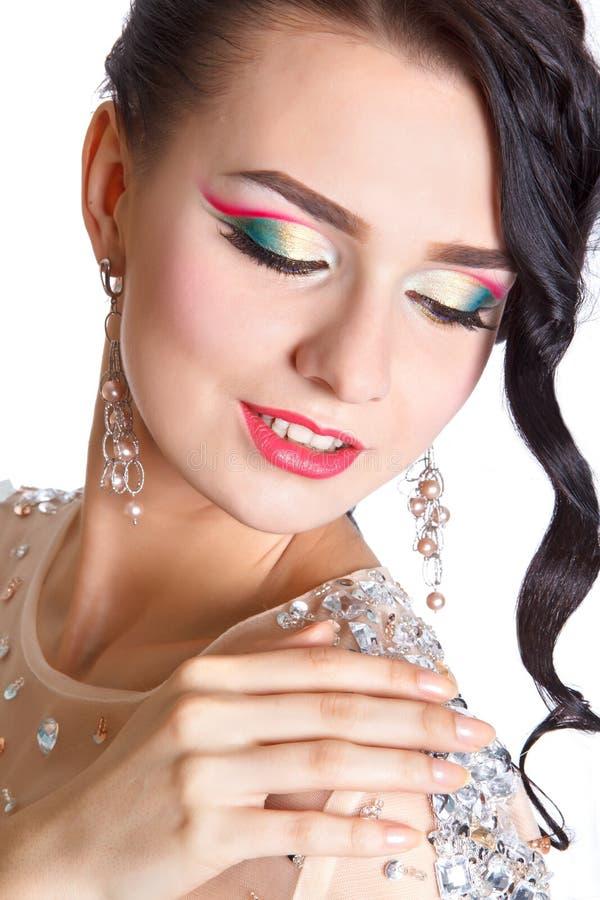 Retrato de una mujer joven hermosa con un maquillaje de la tarde imagen de archivo libre de regalías