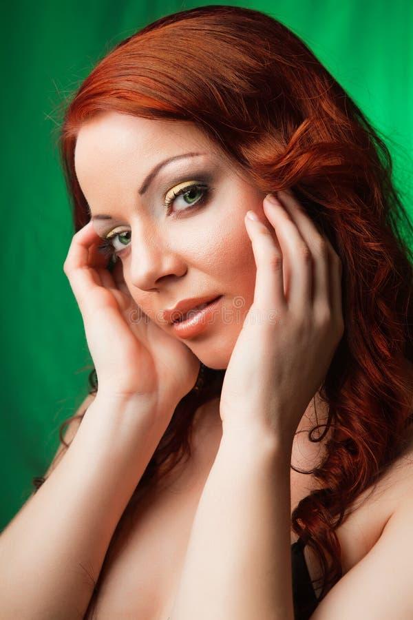 Retrato de una mujer joven hermosa del redhead fotografía de archivo libre de regalías