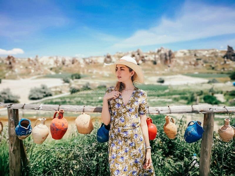 Retrato de una mujer joven hermosa en Cappadocia, Goreme imagen de archivo libre de regalías