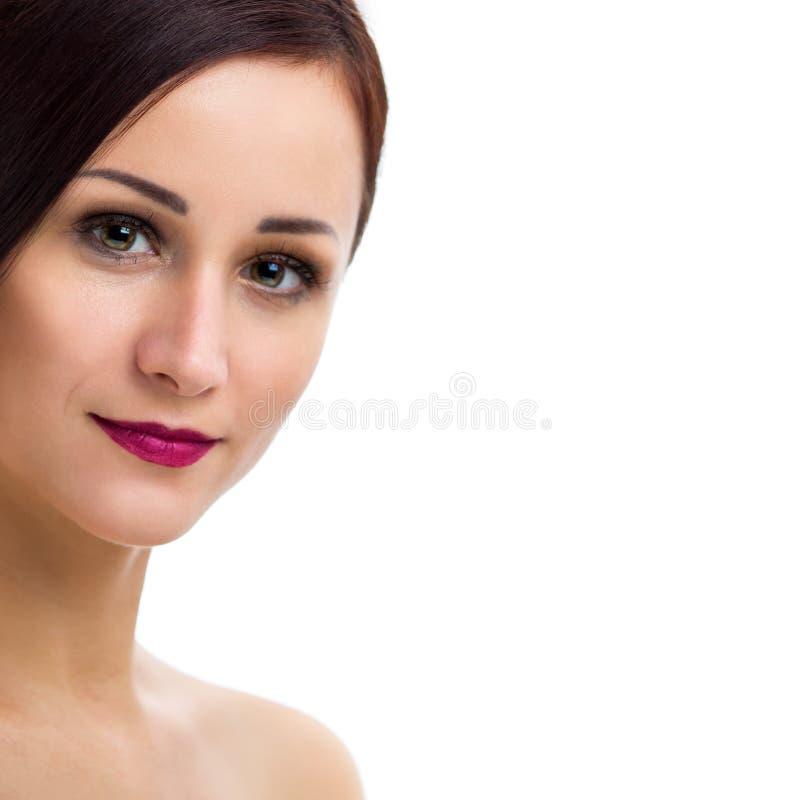 Retrato de una mujer joven hermosa en un fondo blanco fotos de archivo