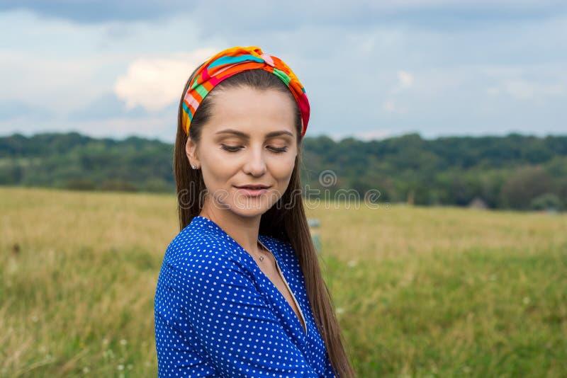 Retrato de una mujer joven hermosa en una venda decorativa encendido fotos de archivo libres de regalías