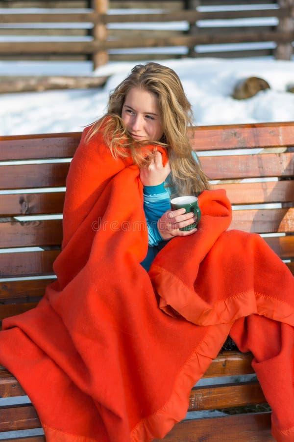 Retrato de una mujer joven hermosa joven que bebe su coffe caliente imagen de archivo