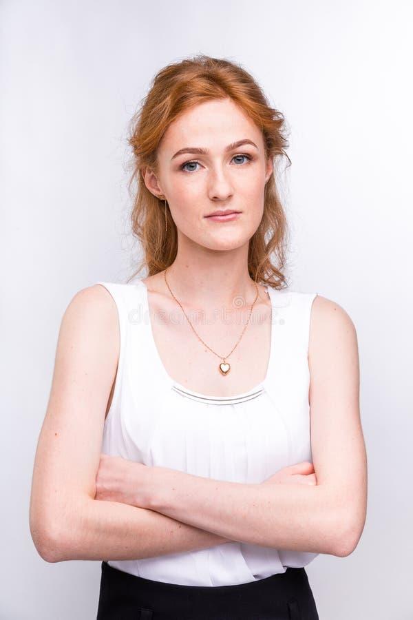 Retrato de una mujer joven hermosa de la nacionalidad europea, cauc?sica con el pelo rojo largo y de pecas en su cara fotos de archivo libres de regalías