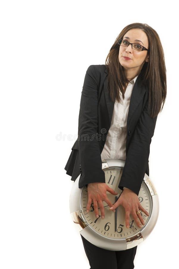 Retrato de una mujer joven hermosa que sostiene un reloj grande fotografía de archivo libre de regalías