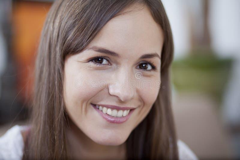 Retrato de una mujer joven linda foto de archivo