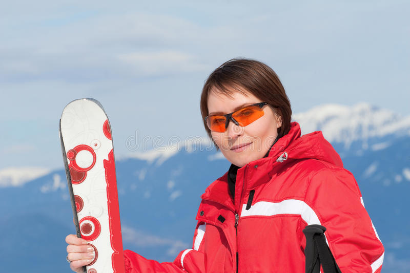 Retrato de una mujer joven positiva en estación de esquí fotografía de archivo libre de regalías