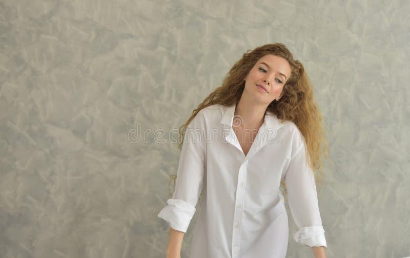 Retrato de una mujer joven que pone en bañera tiempo relajado en cuarto de baño fotos de archivo