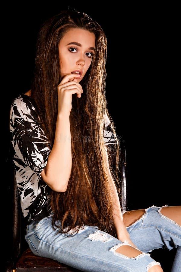 Retrato de una mujer joven sobre fondo negro imagen de archivo libre de regalías