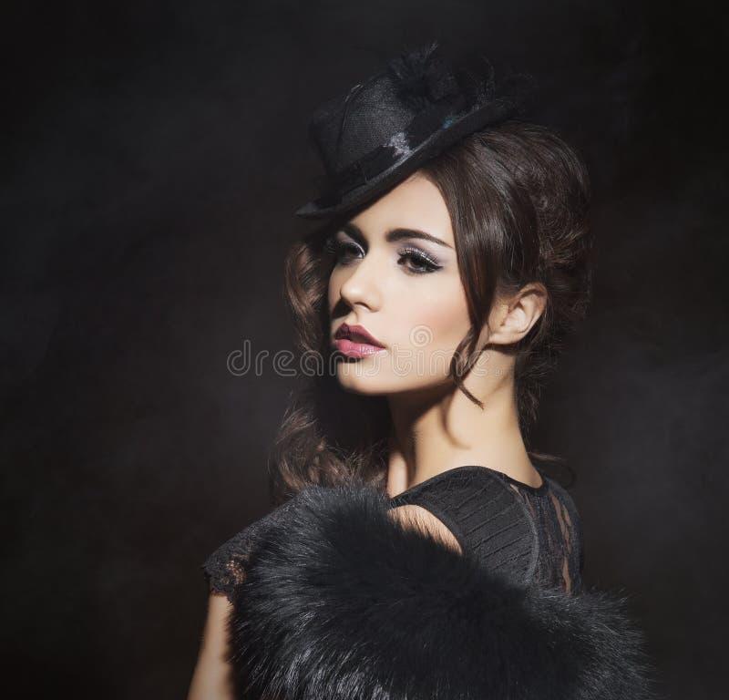 Retrato de una mujer joven y hermosa en estilo retro foto de archivo libre de regalías
