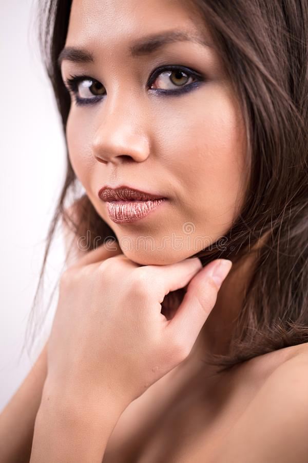 Retrato de una mujer linda con un maquillaje hermoso, cierre para arriba La muchacha mira la cámara Juventud, cosméticos, cuidado fotos de archivo libres de regalías