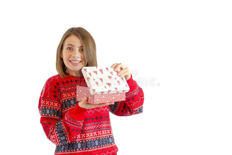 Retrato de una mujer linda feliz que sostiene la caja de regalo aislada en un fondo blanco fotografía de archivo libre de regalías