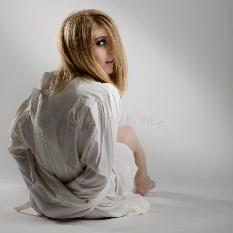 Retrato de una mujer loca joven hermosa en camisa de fuerza imágenes de archivo libres de regalías