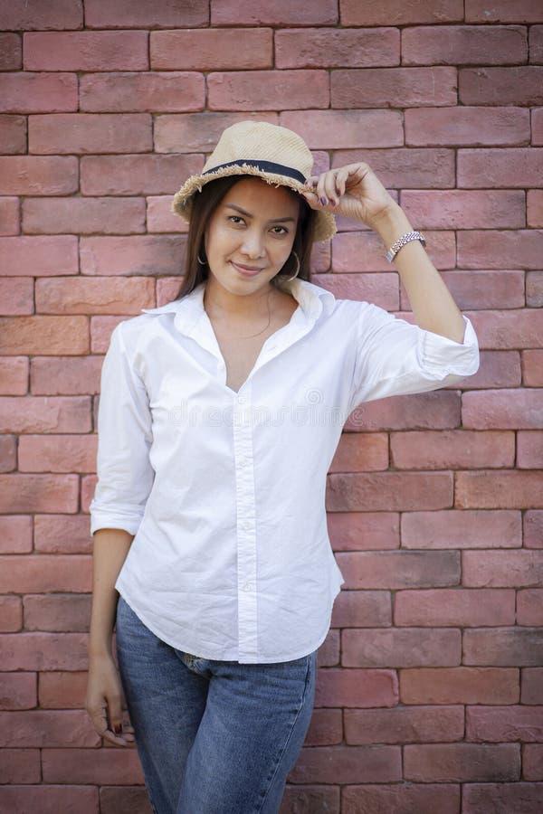 Retrato de una mujer más joven del asiático hermoso con la cara sonriente stan imágenes de archivo libres de regalías