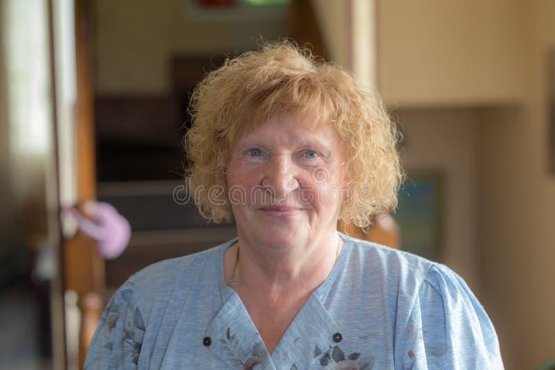 Retrato de una mujer mayor alegre imágenes de archivo libres de regalías