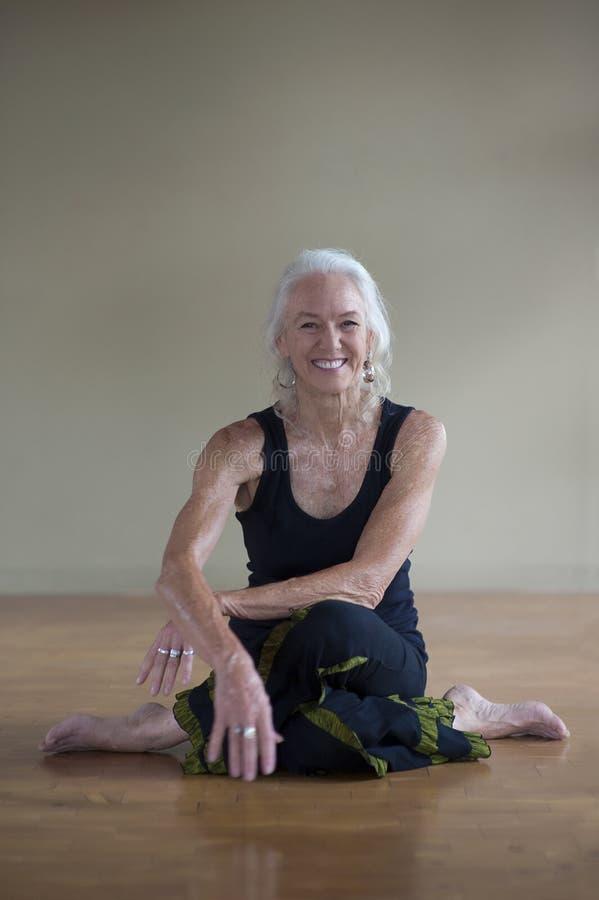 Retrato de una mujer mayor conmovedora sonriente feliz foto de archivo libre de regalías