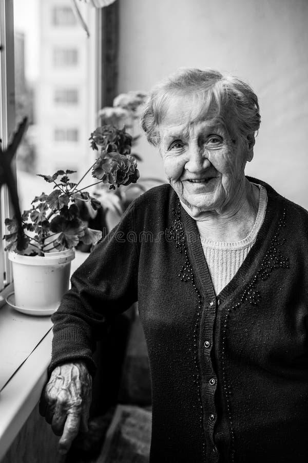 Retrato de una mujer mayor en el balcón imagen de archivo libre de regalías
