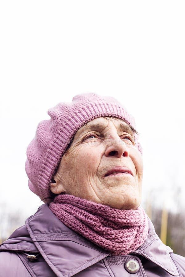 Retrato de una mujer mayor feliz que presenta en la naturaleza fotografía de archivo libre de regalías