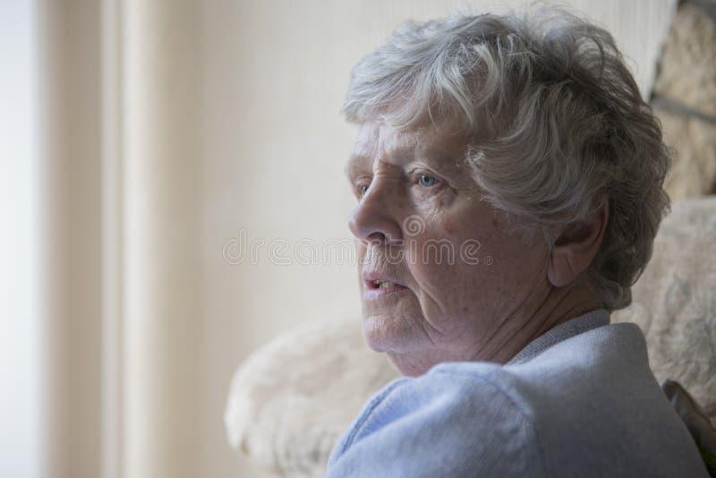 Retrato de una mujer mayor que parece trastornada imagenes de archivo
