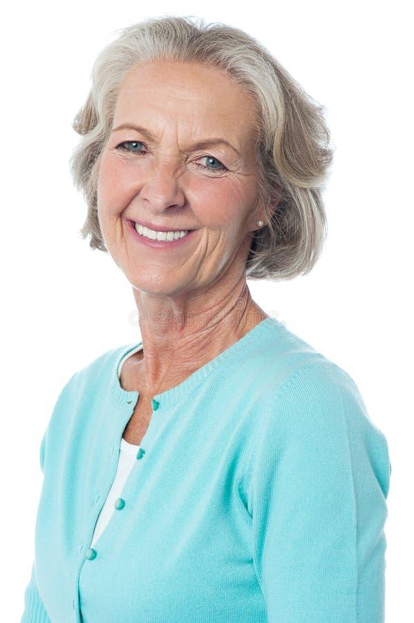 Retrato de una mujer mayor sonriente imagenes de archivo