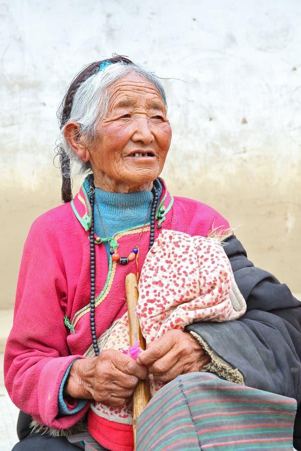 Retrato de una mujer mayor tibetana fotografía de archivo libre de regalías