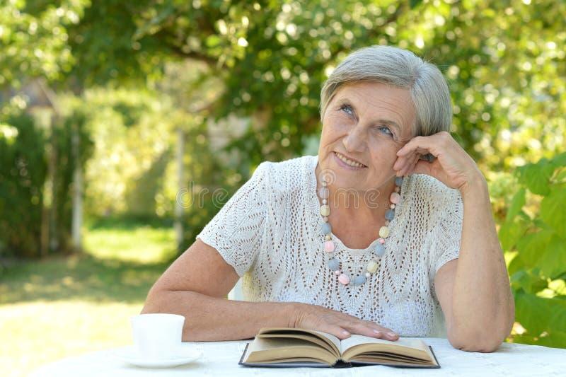 Retrato de una mujer de mediana edad hermosa linda fotografía de archivo libre de regalías