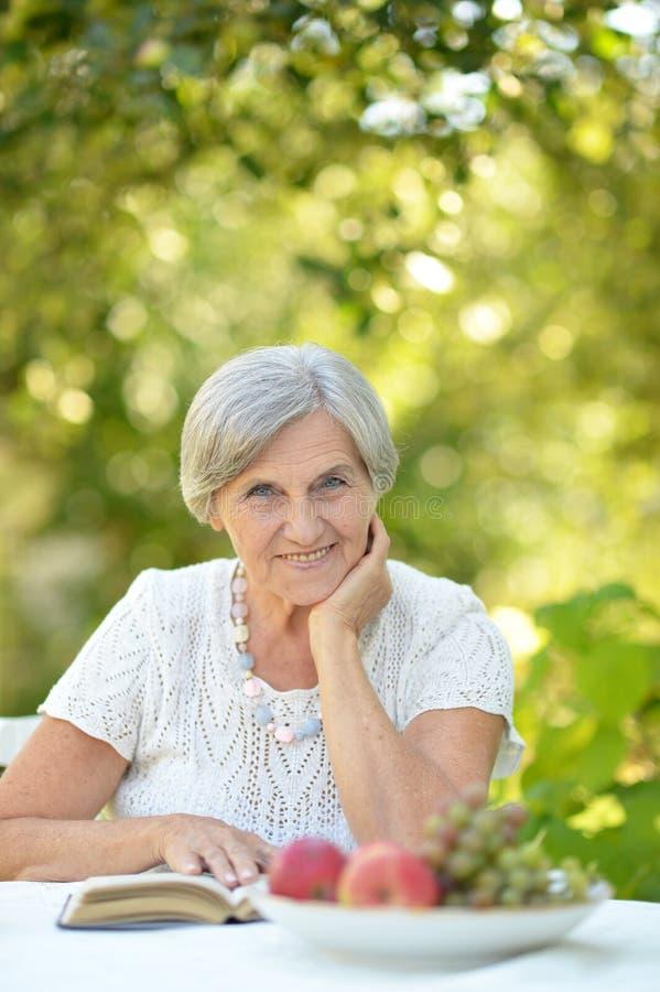Retrato de una mujer de mediana edad hermosa linda imágenes de archivo libres de regalías
