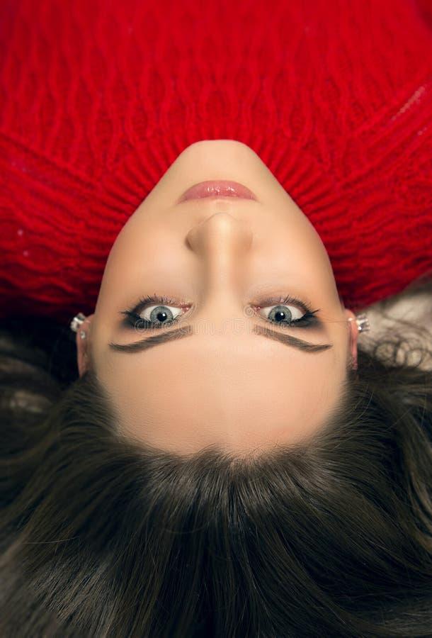 Retrato de una mujer de mentira atractiva joven con el pelo marrón largo imagen de archivo libre de regalías