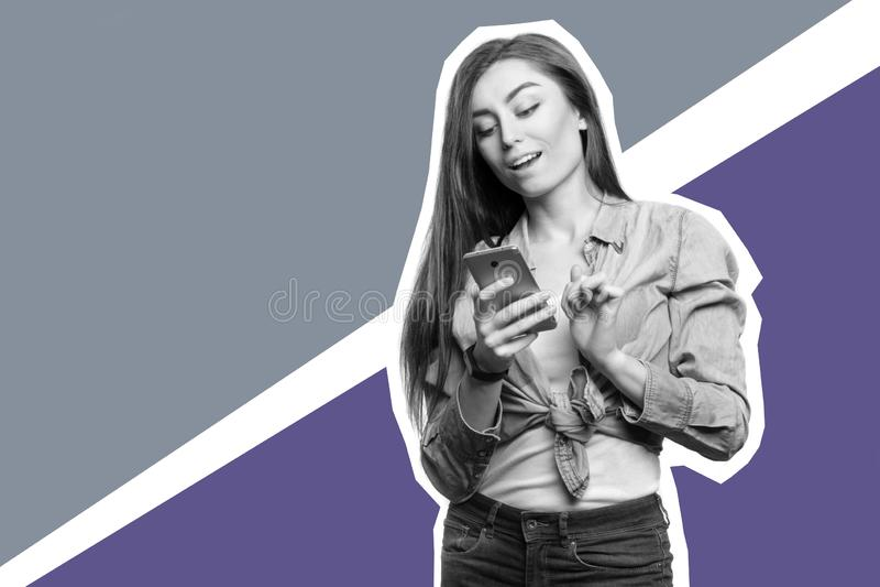 Retrato de una mujer morena joven que mira el smartphone con la expresión sorprendida en su cara Collage del arte imagen de archivo