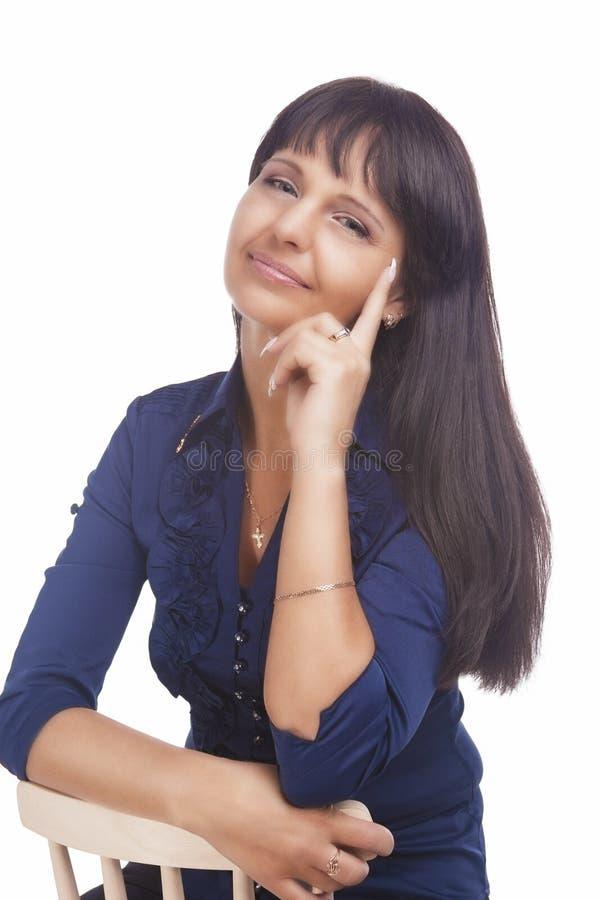 Retrato de una mujer morena tranquila amistosa alegre. Aislado sobre blanco foto de archivo