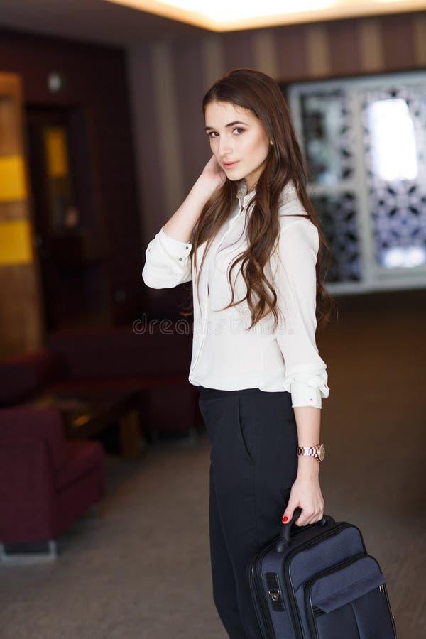 Retrato de una mujer de negocios con una cartera en la oficina imagenes de archivo