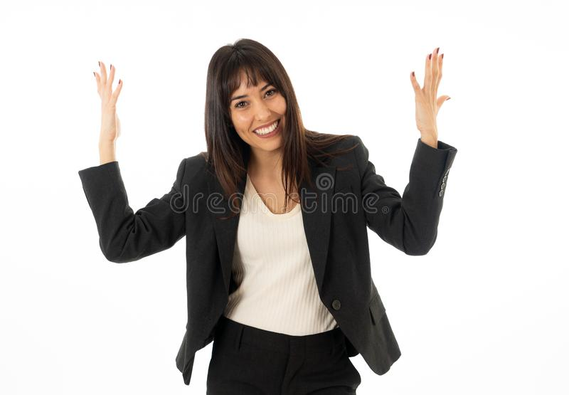 Retrato de una mujer de negocios hermosa joven con los brazos encima de la celebración Aislado en el fondo blanco imagen de archivo libre de regalías