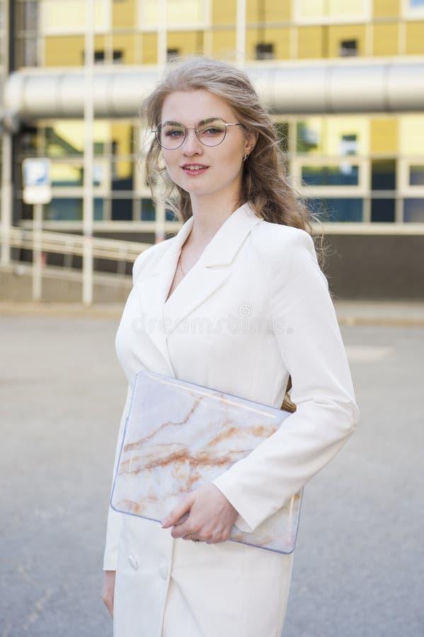 Retrato de una mujer de negocios sonriente en vidrios foto de archivo