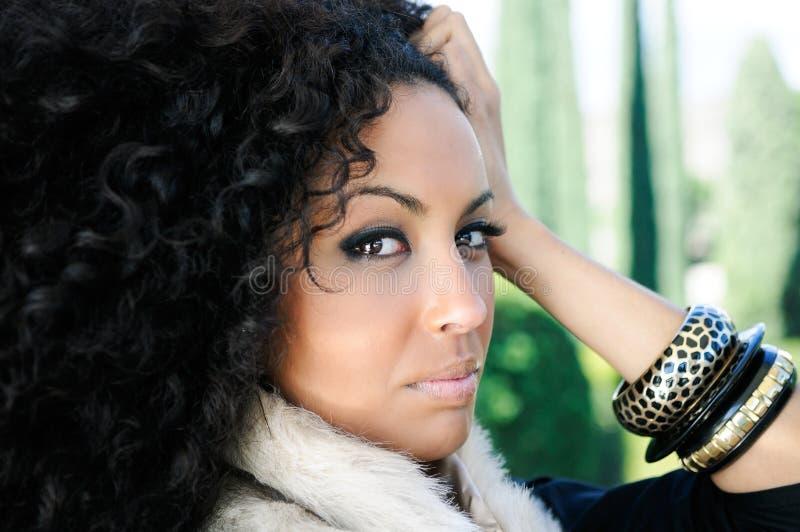 Retrato de una mujer negra joven foto de archivo libre de regalías