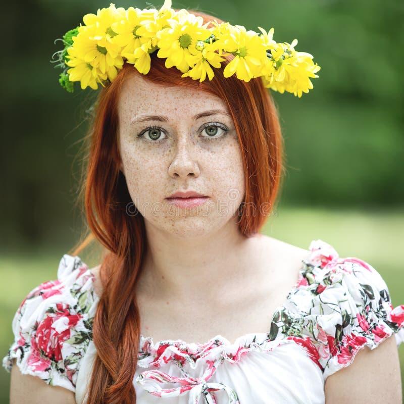 Retrato de una mujer pecosa pelirroja fotos de archivo