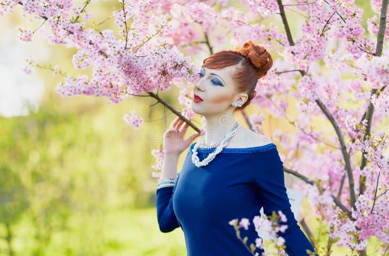 Retrato de una mujer pelirroja joven hermosa imagen de archivo