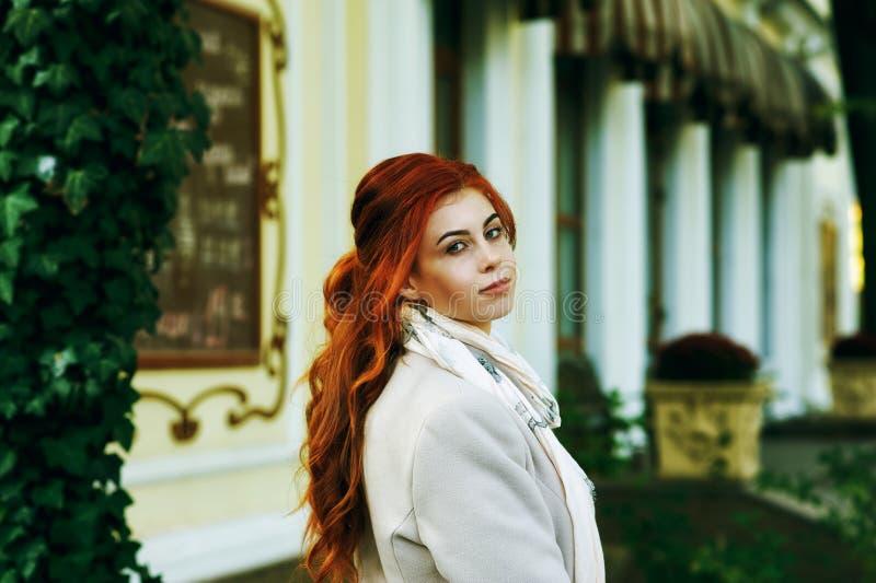 Retrato de una mujer pelirroja de moda hermosa joven con el pelo rizado largo imágenes de archivo libres de regalías