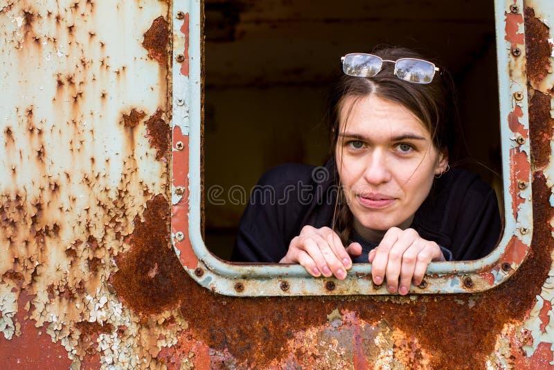 Retrato de una mujer de pelo largo joven en vidrios fotografía de archivo