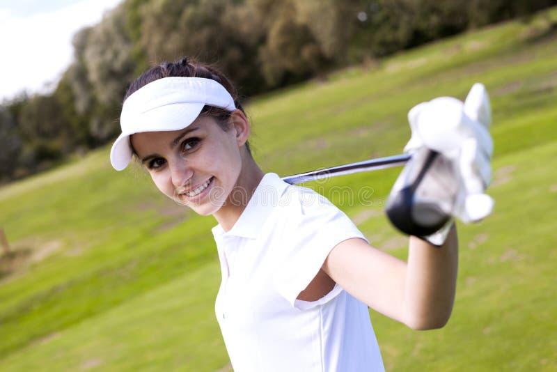 Retrato de una mujer que juega a golf imagen de archivo