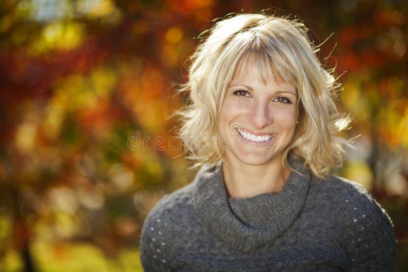 Retrato de una mujer que sonríe en la cámara imagenes de archivo